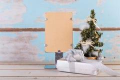 Weihnachtsdekorationen mit braunem Papier für Text auf Schmutzblau Stockfoto