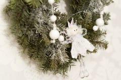 Weihnachtsdekorationen mit Engel lizenzfreie stockfotografie