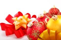 Weihnachtsdekorationen mit Farbbändern Stockbild