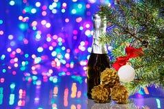 Weihnachtsdekorationen mit Fichte und Champagner lizenzfreie stockfotografie