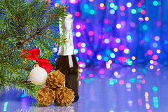 Weihnachtsdekorationen mit Fichte und Champagner stockbild