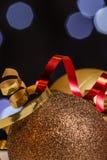 Weihnachtsdekorationen mit Hintergrund des feenhaften Lichtes Lizenzfreie Stockfotos