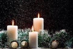 Weihnachtsdekorationen mit Kerzen Stockfoto