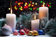Weihnachtsdekorationen mit Kerzen Lizenzfreie Stockfotos