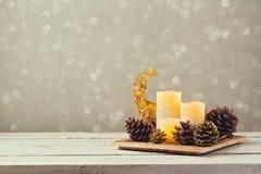 Weihnachtsdekorationen mit Kerzen und Kiefernmais Lizenzfreies Stockbild