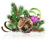 Weihnachtsdekorationen mit Kiefernniederlassungen und -lametta Stockbilder