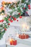 Weihnachtsdekorationen mit Laternen Stockfotos