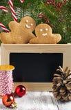 Weihnachtsdekorationen mit Plätzchen und Kreidetafel Stockfotografie