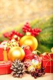 Weihnachtsdekorationen mit Raum für Text auf goldenem undeutlichem Licht Lizenzfreie Stockfotos