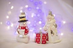 Weihnachtsdekorationen mit Santa Claus-Spielzeug und -Präsentkarton Stockbild