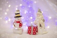 Weihnachtsdekorationen mit Santa Claus-Spielzeug und -Präsentkarton Lizenzfreies Stockfoto