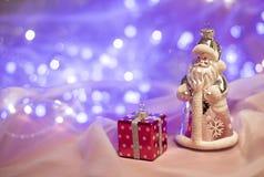Weihnachtsdekorationen mit Santa Claus-Spielzeug und -Präsentkarton Lizenzfreie Stockfotos