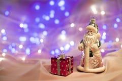 Weihnachtsdekorationen mit Santa Claus-Spielzeug und -Präsentkarton Stockfotos