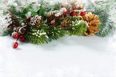 Weihnachtsdekorationen mit schneebedeckter Grenze Lizenzfreies Stockfoto