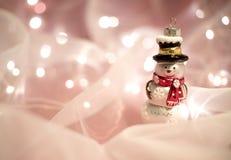 Weihnachtsdekorationen mit Schneemannspielzeug Lizenzfreie Stockfotografie