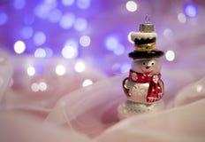 Weihnachtsdekorationen mit Schneemannspielzeug Stockbild