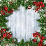 Weihnachtsdekorationen mit Tannenbaum, Stechpalme und Weihnachten winden O Stockfotos