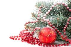Weihnachtsdekorationen mit Zweig des Baums auf Weiß stockfotografie