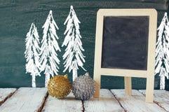 Weihnachtsdekorationen nahe bei leerer Tafel Lizenzfreies Stockbild