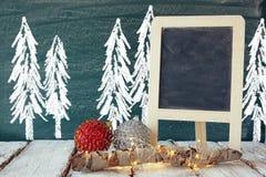 Weihnachtsdekorationen nahe bei leerer Tafel Stockfoto