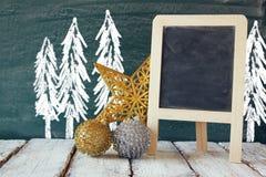Weihnachtsdekorationen nahe bei leerer Tafel Lizenzfreie Stockfotografie