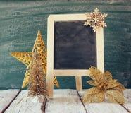 Weihnachtsdekorationen nahe bei leerer Tafel Lizenzfreies Stockfoto
