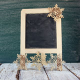 Weihnachtsdekorationen nahe bei leerer Tafel Stockbilder