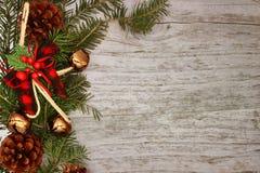 Weihnachtsdekorationen - Niederlassungen von Koniferenb?umen mit Dekorationen auf einem h?lzernen Hintergrund stockbild
