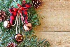 Weihnachtsdekorationen - Niederlassungen von Koniferenb?umen mit Dekorationen auf einem h?lzernen Hintergrund stockbilder