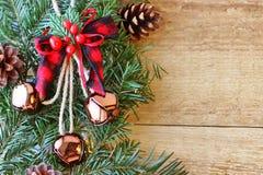 Weihnachtsdekorationen - Niederlassungen von Koniferenb?umen mit Dekorationen auf einem h?lzernen Hintergrund stockfotos