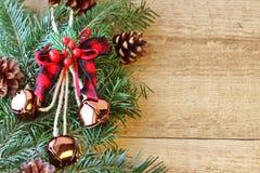 Weihnachtsdekorationen - Niederlassungen von Koniferenb?umen mit Dekorationen auf einem h?lzernen Hintergrund lizenzfreie stockfotografie