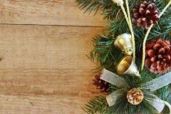 Weihnachtsdekorationen - Niederlassungen von Koniferenb?umen mit Dekorationen auf einem h?lzernen Hintergrund lizenzfreies stockbild