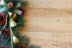 Weihnachtsdekorationen - Niederlassungen von Koniferenb?umen mit Dekorationen auf einem h?lzernen Hintergrund stockfotografie