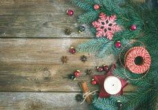 Weihnachtsdekorationen: Pelzbaumniederlassungen, bunte Glaskugeln, Lizenzfreies Stockbild