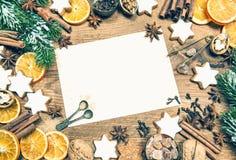 Weihnachtsdekorationen, -plätzchen und -gewürze Abbildung der roten Lilie Lizenzfreie Stockfotografie