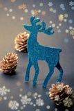 Weihnachtsdekorationen: Ren und Kegel Lizenzfreies Stockfoto