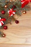 Weihnachtsdekorationen schließen, Bälle und Geschenke Stockfotografie