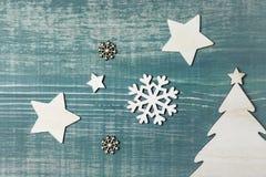 Weihnachtsdekorationen spielt, Schneeflocken und Weihnachtsbaum auf grünem Holztisch die Hauptrolle Stockbilder