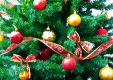 Weihnachtsdekorationen und -baum Stockfoto