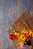 Weihnachtsdekorationen und -beleuchtung auf hölzernem Hintergrund kopieren Lizenzfreies Stockbild