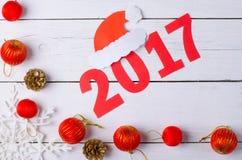 Weihnachtsdekorationen und die Aufschrift im Jahre 2017 auf einem hölzernen Ba Stockfoto