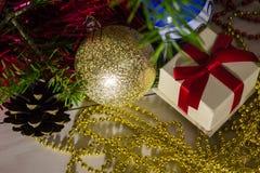 Weihnachtsdekorationen und ein Kasten mit einem Geschenk Stockfotografie