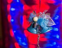Weihnachtsdekorationen und eine Niederlassung eines Weihnachtsbaums Lizenzfreies Stockfoto