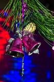 Weihnachtsdekorationen und eine Niederlassung eines Weihnachtsbaums Lizenzfreie Stockfotos