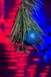 Weihnachtsdekorationen und eine Niederlassung eines Weihnachtsbaums Stockfotos