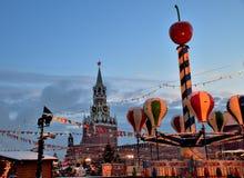 Weihnachtsdekorationen und -festlichkeiten im Roten Platz auf neues Jahr ` s, Ansicht des der Kreml-` s Spassky Turms, Moskau, Ru Lizenzfreie Stockfotos