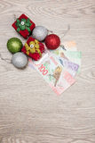 Weihnachtsdekorationen und -geld Stockfoto
