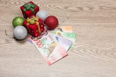 Weihnachtsdekorationen und -geld Lizenzfreie Stockbilder