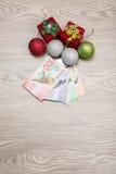 Weihnachtsdekorationen und -geld Lizenzfreie Stockfotografie