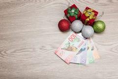 Weihnachtsdekorationen und -geld Stockfotos
